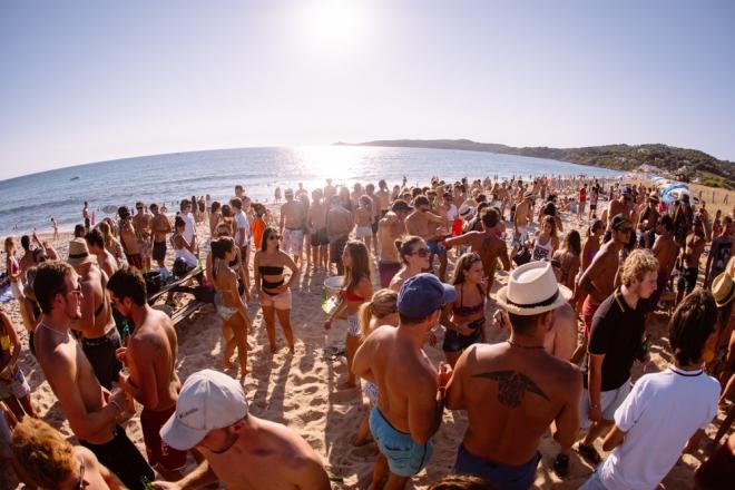 En Corse, Cargese Sound pose son soundsystem sur la plage pour 3 jours de fête house & techno