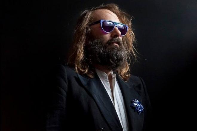 """Vidéo: Sébastien Tellier chante """"La Dolce Vita"""" a capella en hommage à Christophe"""