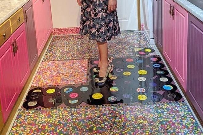 Une britannique utilise les vinyles de son mari infidèle comme carrelage