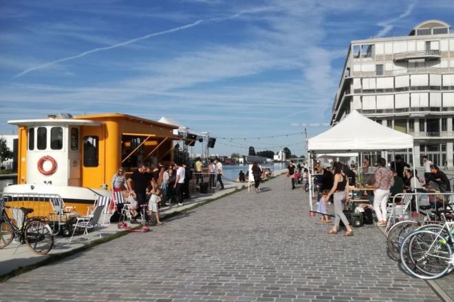 Au bord du canal, Chat Noir Distribution invite ses labels en open-air sur la péniche Le Barboteur