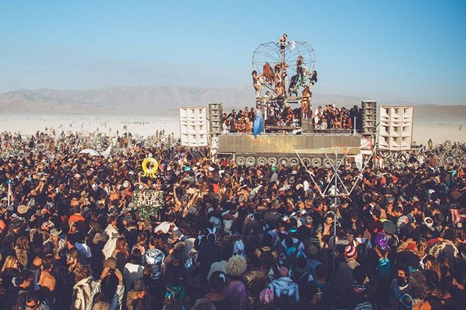 """2 fonctionnaires partent en """"voyage d'étude"""" à Burning Man, coûtent 17 000€ au contribuable australien"""