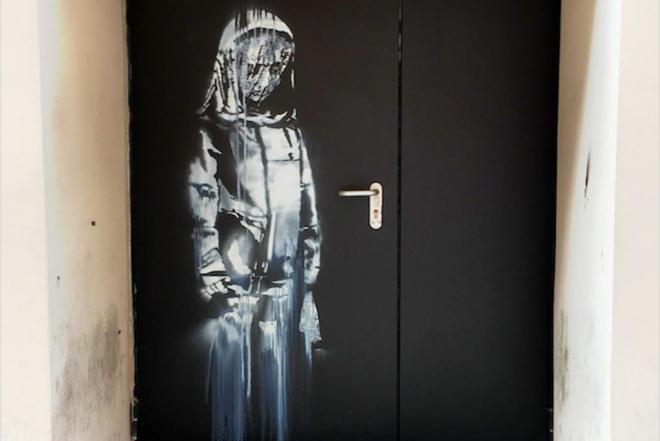 Une nouvelle œuvre attribuée à Banksy découverte sur une porte du Bataclan