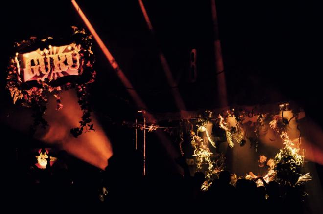 Acrobaties et DJ sets: GÜRÜ fait son cirque à Paris