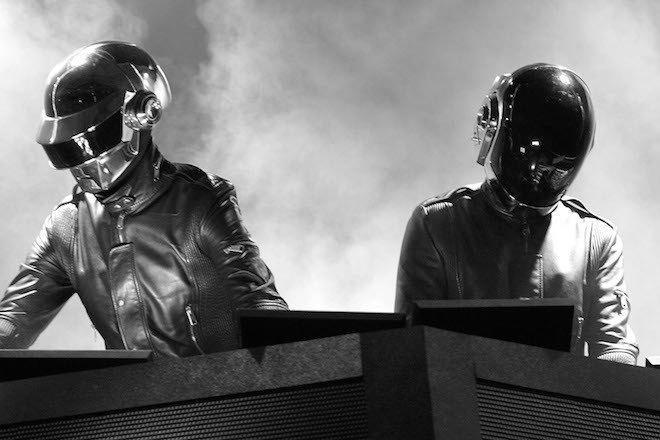 À l'occasion du défilé du 14 juillet, la fanfare de l'armée française reprend des titres emblématiques des Daft Punk