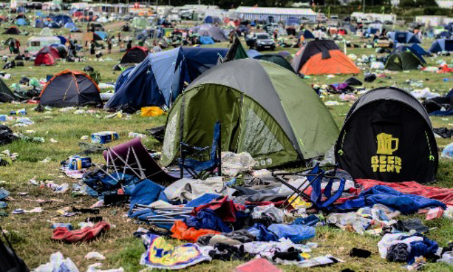 Les organisateurs de festivals appellent à l'interdiction des tentes jetables