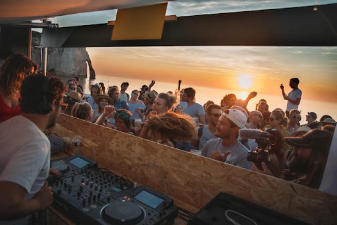 Un festival en bord de mer réunit musique, nature et gastronomie