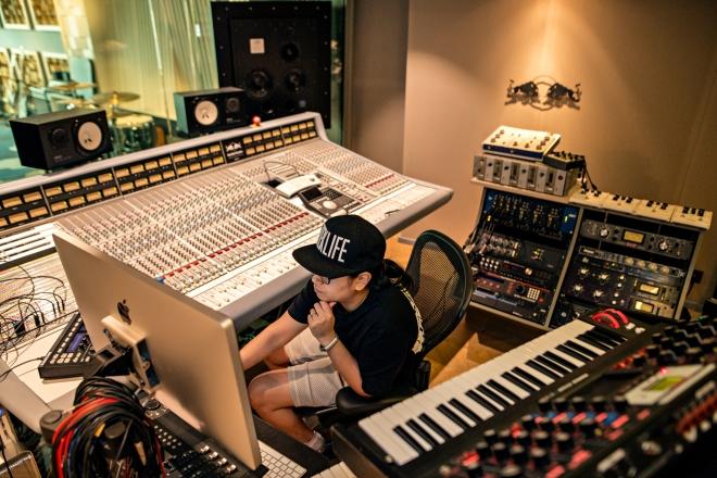 RBMA Paris invite la géniale IKONIKA dans ses studios pour un EP à la croisée des genres