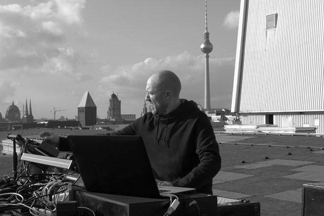 Vidéo : Paul Kalbrenner joue 'Part 8' sur le toit du Kraftwerk de Berlin