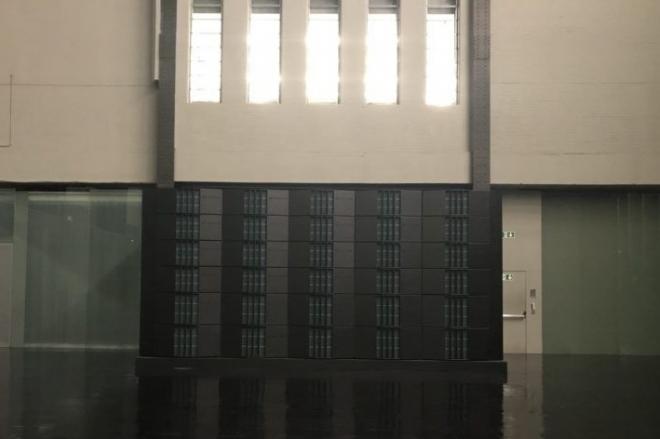 Kode9 installe 40,000 watts de subwoofers à la Tate Modern de Londres