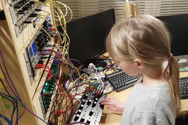 Cette petite fille a transformé une commode IKEA en synthé modulaire