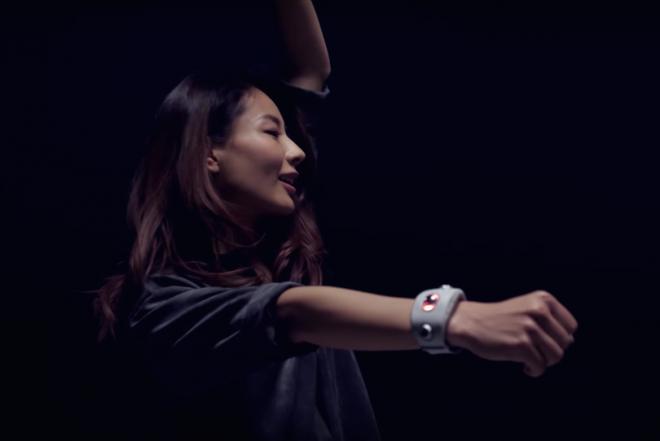 Contrôlez la musique en dansant grâce au nouveau bracelet Motion Sonic