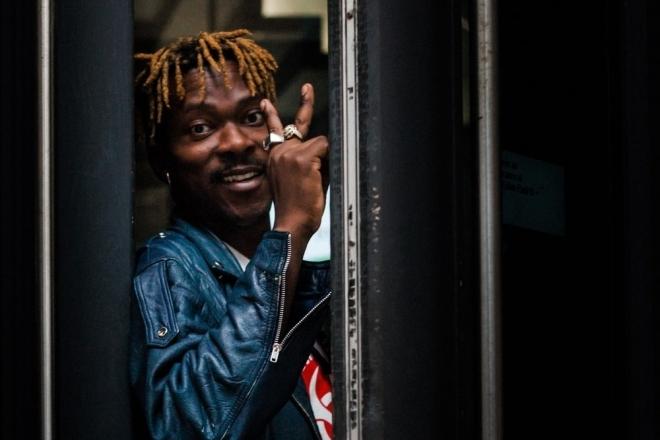 Le Congolais Pierre Kwenders rend hommage à Douk Saga, le parrain du coupé-décalé
