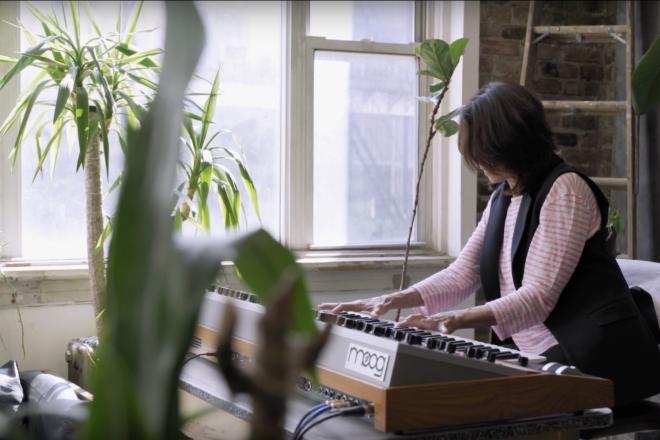 À voir : la pionnière du synthé analogique Suzanne Ciani teste le nouveau-né de l'écurie Moog