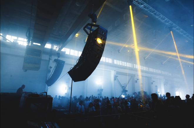 A Kiev, le festival Brave! Factory organise 2 jours de rave et d'expo dans une usine en activité