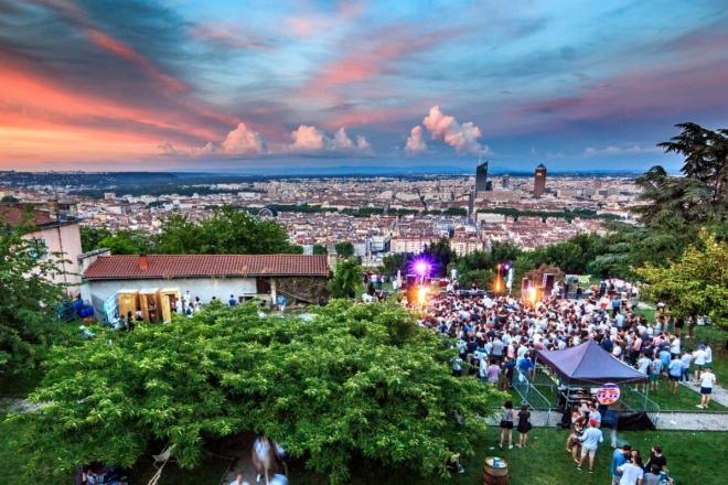 Lyon: un festival familial perché sur la colline verdoyante de Fourvière