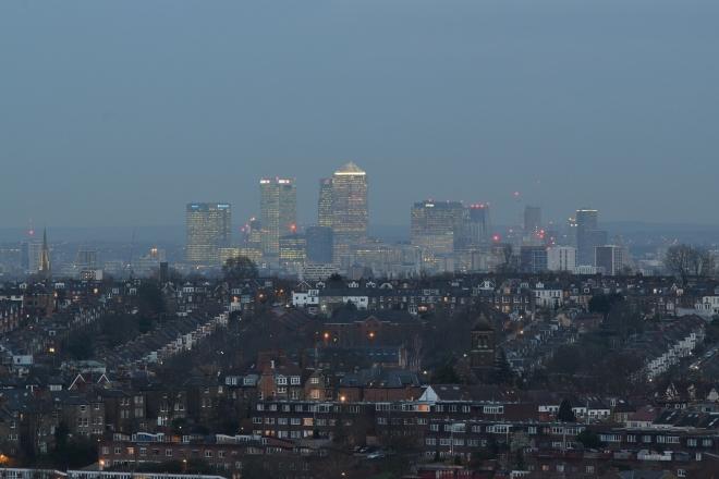 """Londres: 2 personnes poignardées lors d'une """"rave"""" illégale interrompue par la police antiémeute"""