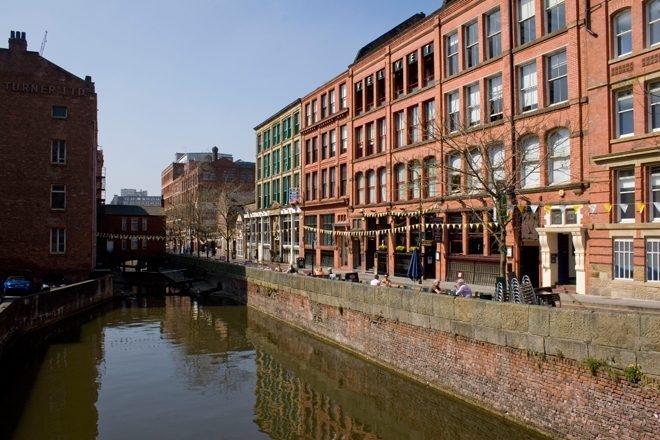 Refoulé à l'entrée d'un club de Manchester, un français se jette dans le canal
