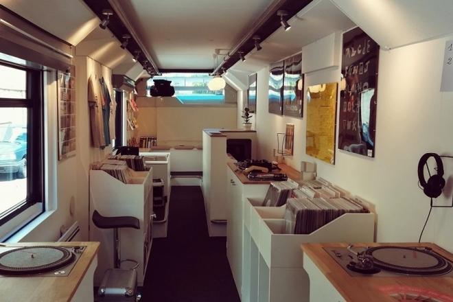 Toulouse: Un fan de musique électronique transforme un bus en disquaire mobile