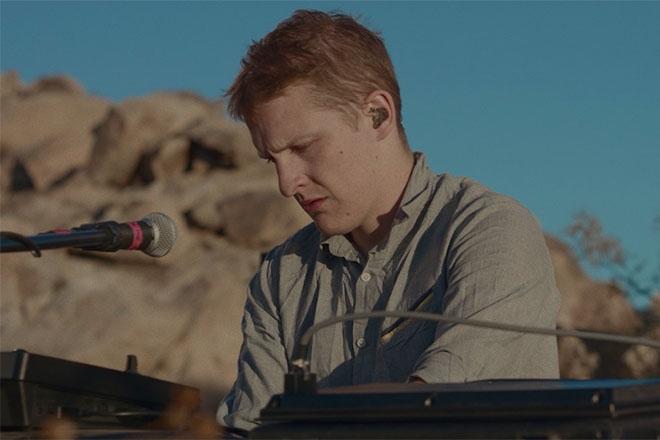 Floating Points dévoile une nouvelle vidéo illustrant son projet enregistré dans le désert