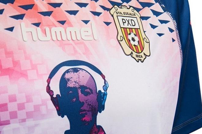 Ce t-shirt de football rend hommage à la culture rave d'Ibiza