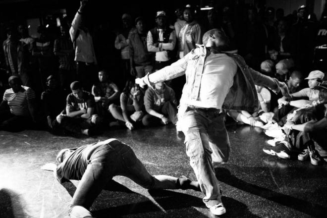 Avec sa série d'improvisation FLOW, Superculture offre une tribune aux danseurs confinés.