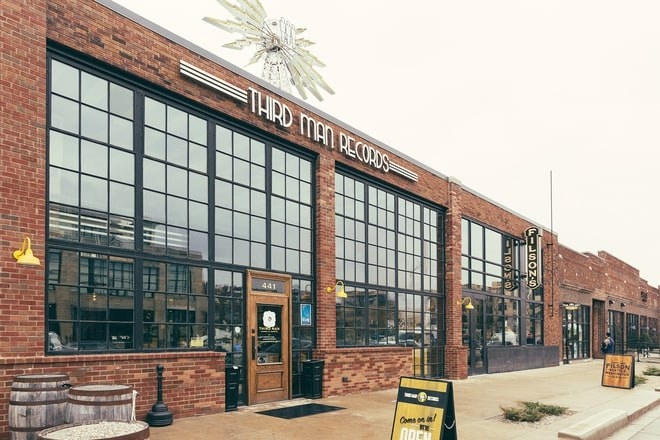 Jack White inaugure une usine de pressage de vinyles à Détroit