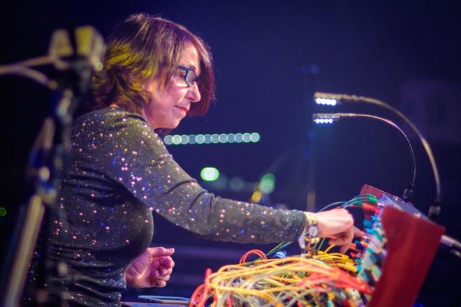 À voir : l'incroyable performance live de la virtuose du synthé modulaire Suzanne Ciani