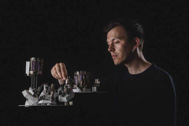 L'art délicat de construire des robots qui font de la techno, avec Moritz Simon Geist